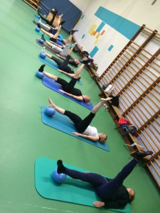 Pilates oefening op de Mat: one leg circle with ball