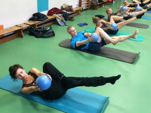 Pilates oefening op de Mat: criss cross with ball