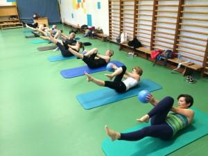 Pilates oefening op de Mat: criss cross