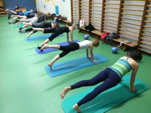 Pilates oefening op de Mat: de Plank, leg pull front