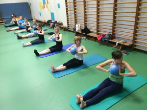 Pilates oefening op de Mat: spine twist