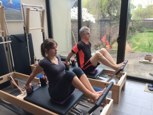 Pilates oefening op Reformer: stomach massage series - hands back