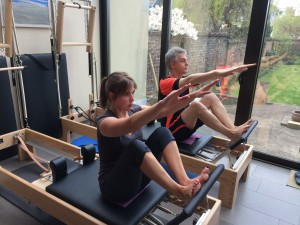 Pilates oefening op Reformer: stomach massage series - the reach