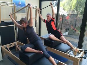 Pilates oefening op Reformer: side sit-up