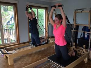 Pilates oefening op Reformer: kneeling arm series